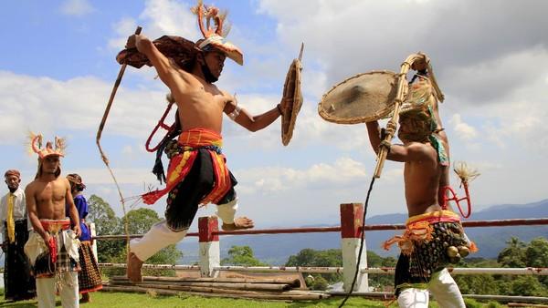 Menikmati Tarian Caci di Desa Wisata Liang Ndara. Sumber : travel.detik.com
